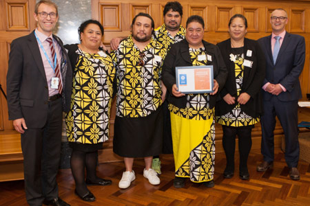 Minister of Health Dr David Clark (right) with Director-General of Health Ashley Bloomfield and Tangata Toa volunteers.